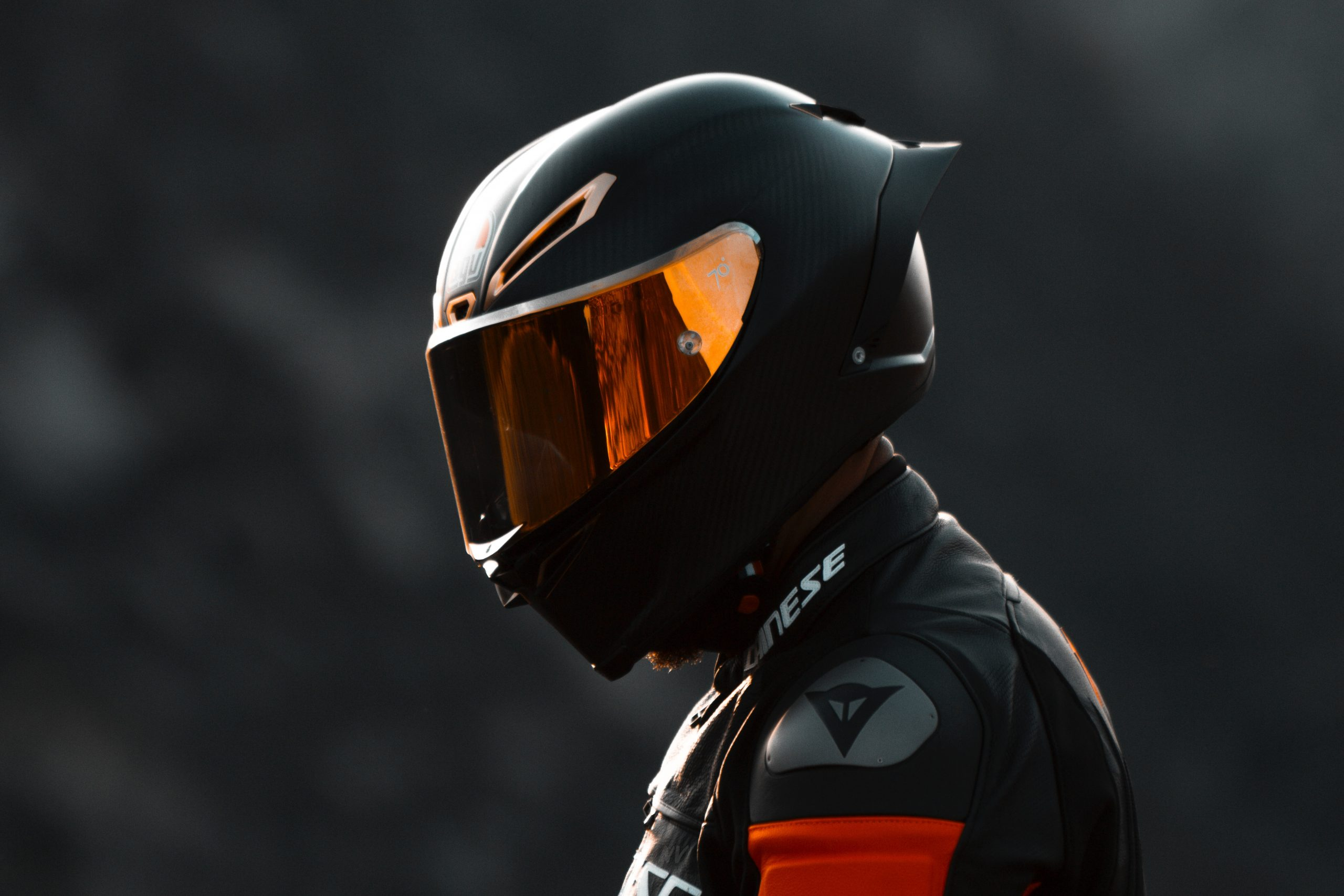 Homme portant un casque moto