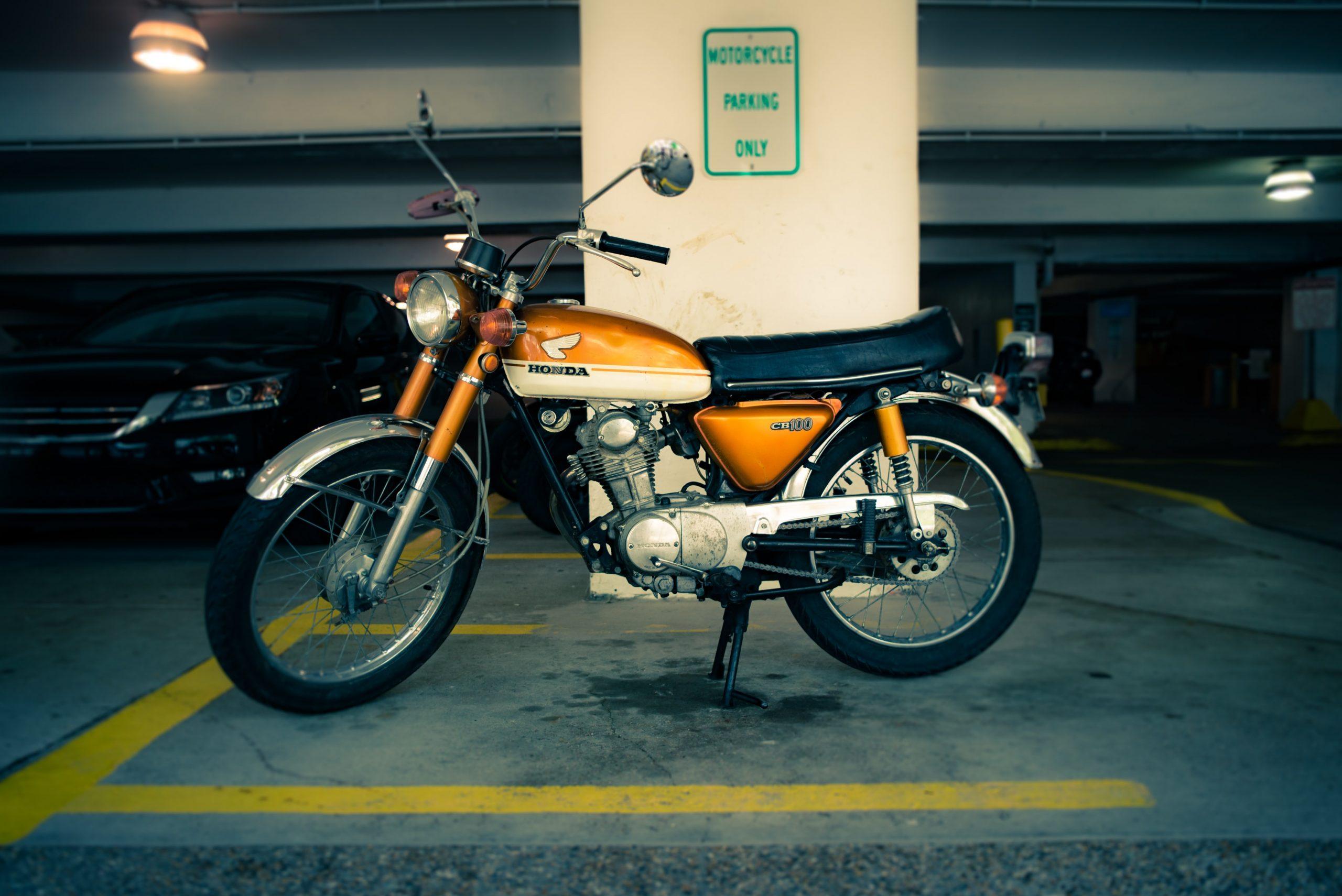 Motocyclette sur un parking