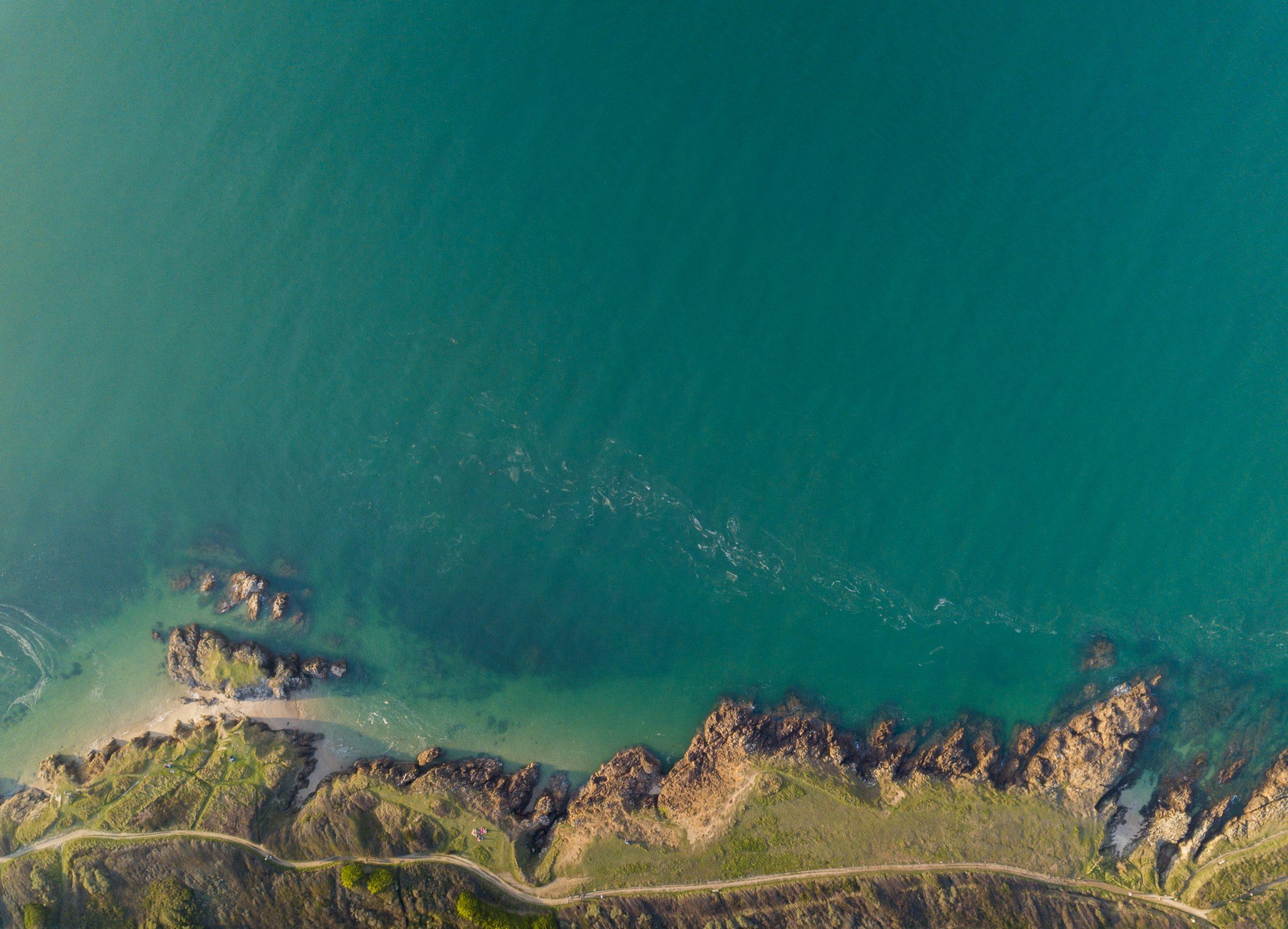 Vu sur une route de bretagne et sur l'océan
